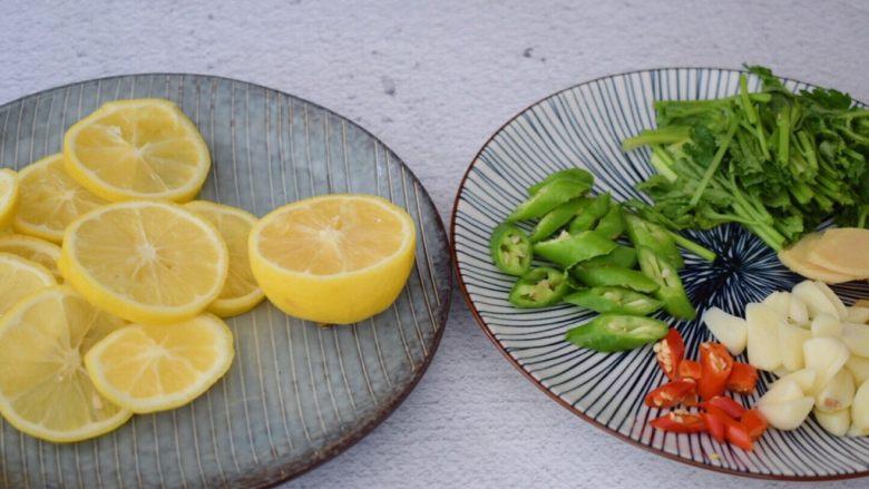 柠檬鸡爪,在冷藏鸡爪的时间来准备其他材料,柠檬表面用盐搓洗干净,柠檬切片,留下半个柠檬不切,因最后是要挤汁用的,柠檬记得要把籽去掉,不然会苦的,<a style='color:red;display:inline-block;' href='/shicai/ 61'>青椒</a>和<a style='color:red;display:inline-block;' href='/shicai/ 82'>小米椒</a>斜切圈,姜切片,蒜切片,<a style='color:red;display:inline-block;' href='/shicai/ 131'>香菜</a>切寸段
