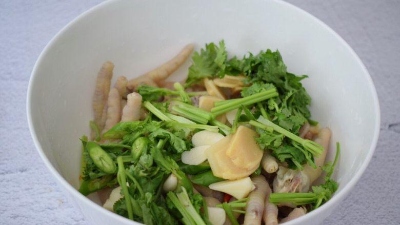 柠檬鸡爪,再加入姜、蒜、青椒和小米椒、香菜