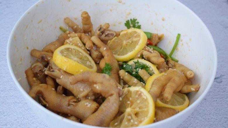 柠檬鸡爪,搅拌均匀后盖上保鲜膜放入冰箱冷藏3-5小时,每隔一小时就取出来翻一翻,这样才能让鸡爪更入味,腌制越久就越入味更好吃