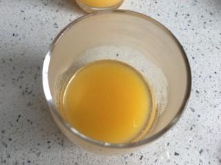 桃橙之恋 夏日饮品,倒入杯中