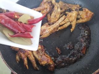 秘制凤爪,然后加入干辣椒,香叶和桂皮。