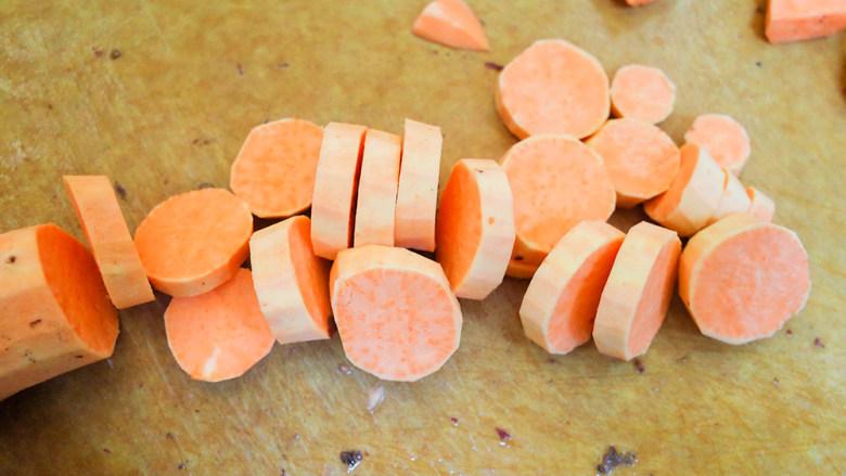 9个月以上辅食健康零食烤番薯片,切成这样的厚片,一定要切得均匀一点如果有厚薄那烤制时间会不同,一些熟了一些没熟或者烤焦了就不好了