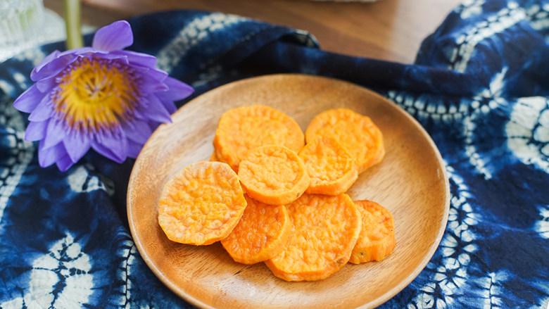 9个月以上辅食健康零食烤番薯片,番薯最好选择粉糯的,特别水的品种烤了不好吃
