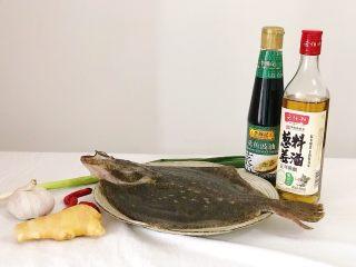 清蒸多宝鱼,食材准备:  多宝鱼1只 大蒜1颗 生姜/香葱/料酒/蒸鱼豉油/食盐适量  色拉油20ml 小米辣2-3根