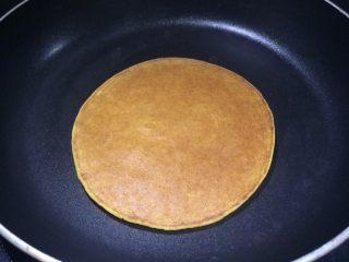 健康粗粮小点心:蜂蜜玉米面饼,翻面煎一会即可。