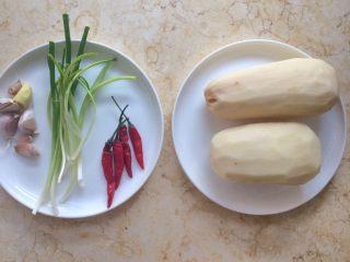 香辣藕片,准备好材料。  干辣椒是自己晒的,随吃随取。
