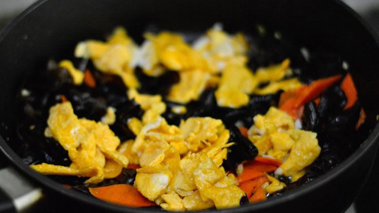 胡萝卜木耳炒鸡蛋,炒至断生后加入鸡蛋同炒