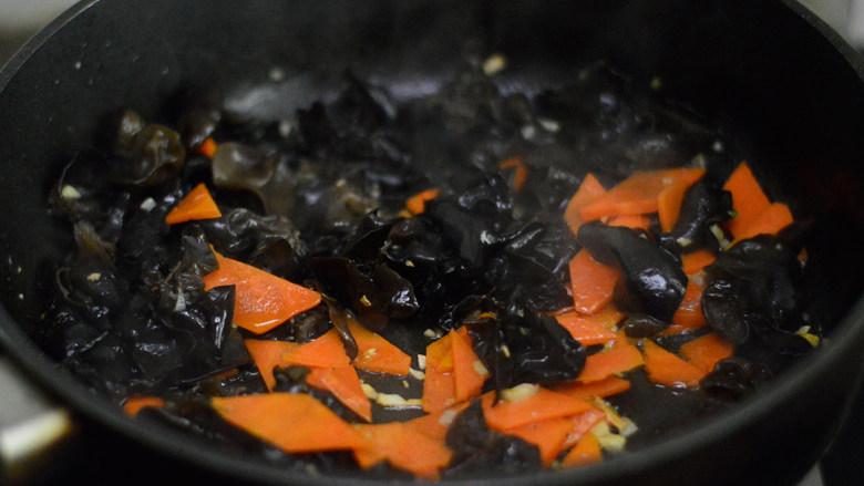 胡萝卜木耳炒鸡蛋,放入胡萝卜和木耳拌炒