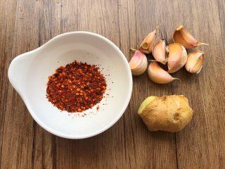 红油酸辣鸡爪,辣椒粉5g,蒜头20g,生姜10g