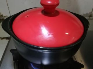 腊味煲仔饭, 5、 盖上锅盖中火煮开,然后转小火加热至水分收干。