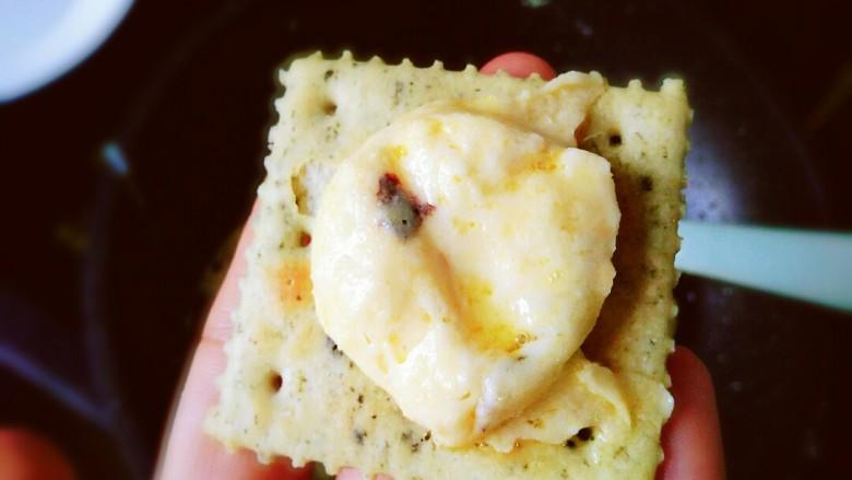 海苔多多~牛扎饼干,取适量牛扎抹在其中一个的中间