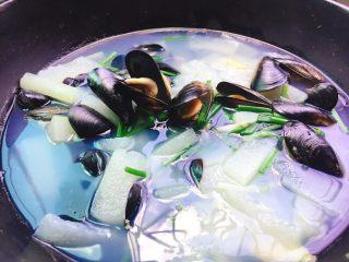 夏天必喝+冬瓜淡菜汤,非常鲜美的冬瓜淡菜汤就可以出锅啰。