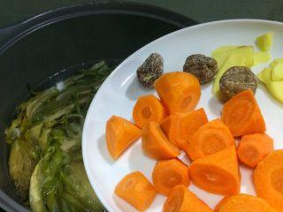 老火靓汤: 蜜枣剑花骨头汤,8、接着放入胡萝卜、蜜枣和姜片,盖上锅盖文火煲两小时。