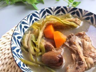 老火靓汤: 蜜枣剑花骨头汤,吃饭前趁热喝一碗!  剑花的口感十分软糯,入口清甜,很是好吃。