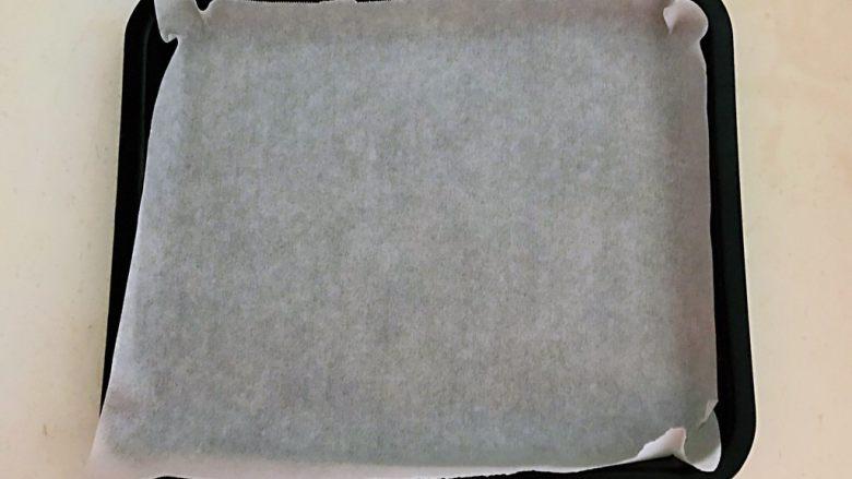 香辣土豆串,在烤盘里面铺上一张油纸