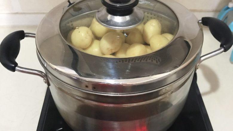 香辣土豆串,大火烧开后蒸15分钟