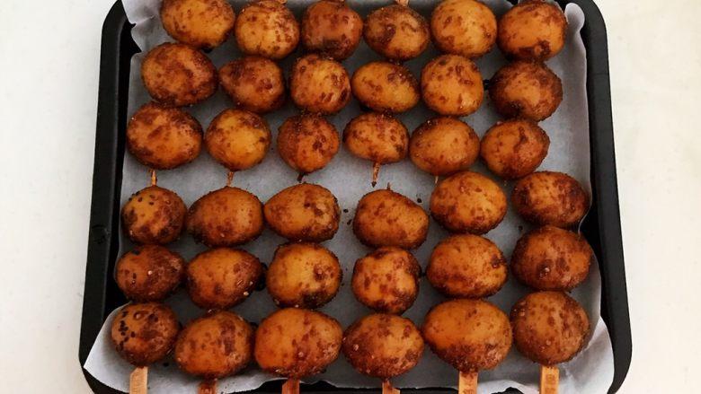 香辣土豆串,把土豆串放入烤盘