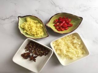 夏日爽品凉拌毛豆,准备好蒜末,姜末,葱末及切碎的指天椒并混合在一个碗中