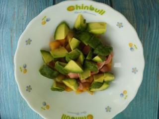 牛油果果醋沙拉,把牛油果,柿子,还有火腿肠放在一个大碗里。
