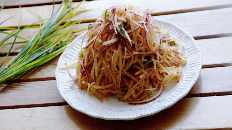 洋葱拌土豆丝,拌匀装盘。