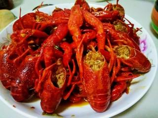 麻辣小龙虾,最后大火收汁,起锅摆盘