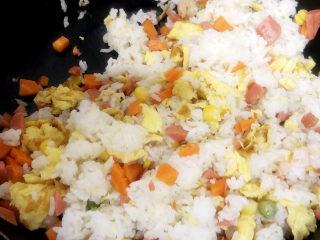 家常蛋包饭,将隔夜米饭倒入鸡蛋液中搅拌均匀,确保每一粒米饭都沾上搅拌加火腿。
