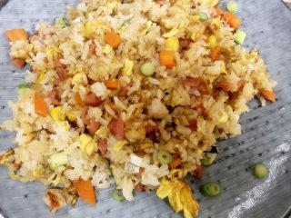 家常蛋包饭,炒好的米饭盛出备用。