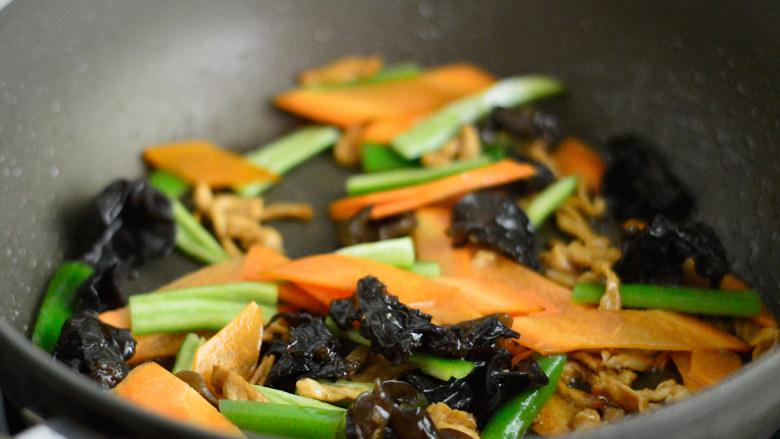 胡萝卜木耳炒肉丝,再加入青椒,炒至断生