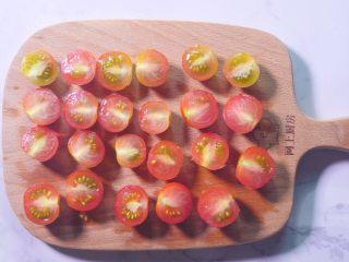 佛卡夏面包,樱桃番茄对半切开备用