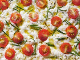 佛卡夏面包,依次放上樱桃番茄和迷迭香,番茄可以稍微用力按一下