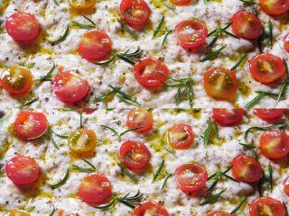 佛卡夏面包,发酵至两倍大拿出,最后刷一次橄榄油放入烤箱 预热200度25分钟左右