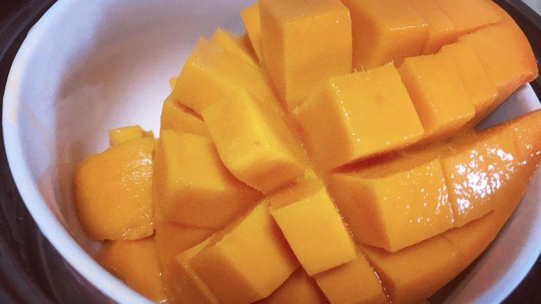 芒果双皮奶,芒果切好备用