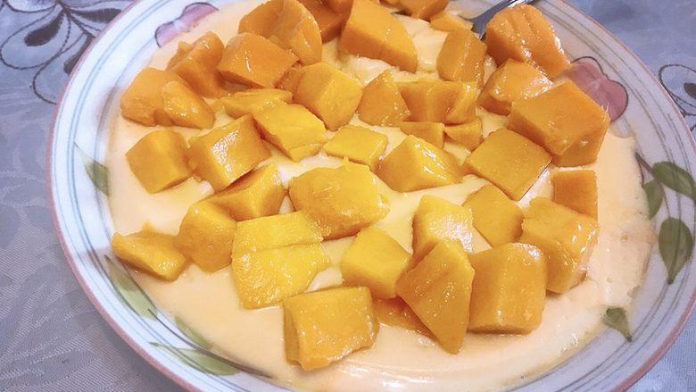 芒果双皮奶,双皮奶端出来置凉10分钟左右,然后加入芒果