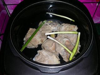 筒骨莲藕汤,将筒骨、葱姜加适量清水,再一起放入电压力锅中
