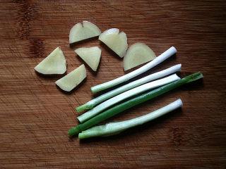 筒骨莲藕汤,葱姜洗净切好备用