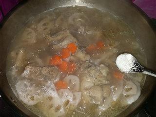 筒骨莲藕汤,然后丢入胡萝卜片增色,再撒点味精