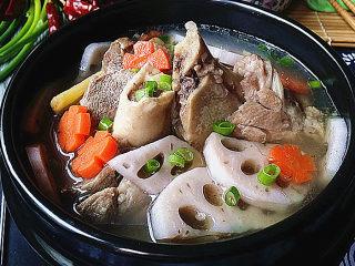 筒骨莲藕汤,关火出锅,最后撒点葱花增香增色