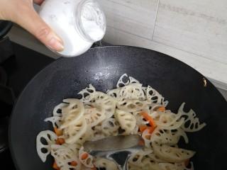 脆炒藕片,放盐