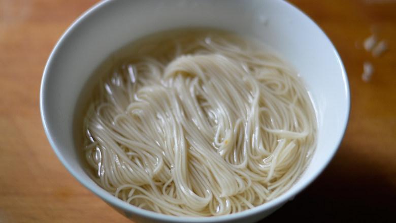 青椒肉丝面,将煮好的面条盛入碗中