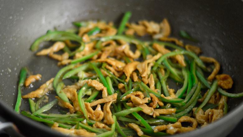 青椒肉丝面,调入少许盐,翻炒均匀后盛出锅待用