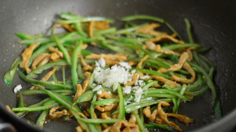 青椒肉丝面,炒至青椒断生后加入蒜沫