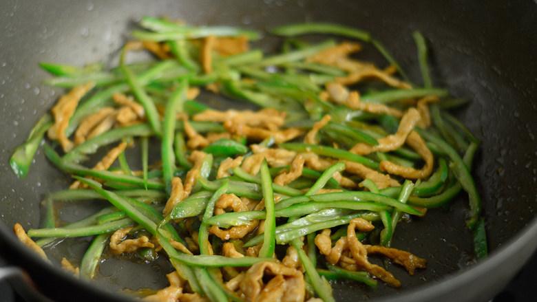 青椒肉丝面,加入青椒一同炒