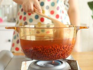 红豆沙12m+,将红豆和泡红豆的水倒入锅中,熬煮~