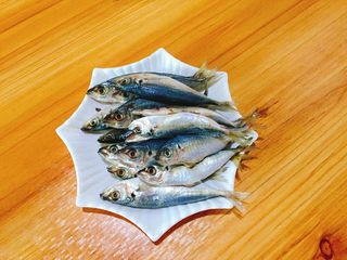 下酒菜+香酥鱼,准备好鳀,这种鱼的新鲜度可以直接看鱼眼来判断。