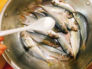 下酒菜+香酥鱼,加入适量盐