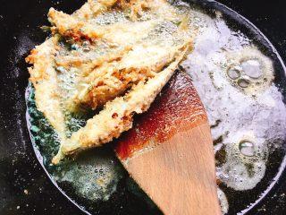 下酒菜+香酥鱼,炸至金黄即可捞出