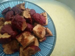 营养早餐――红枣小米粥,煮至小米全部开花后放入红枣块。