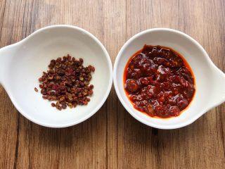 红烧鳝段,花椒冲洗干净,豆瓣酱剁碎