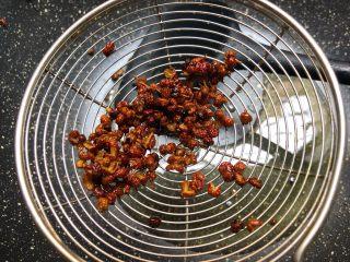 红烧鳝段,花椒捞起来扔掉,留花椒炸出来的油