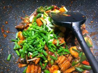 红烧鳝段,放入葱叶翻炒均匀即可